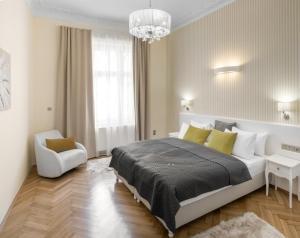 Кровать или кровати в номере Mordecai Twelve