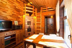 Телевизор и/или развлекательный центр в База Отдыха в сосновом лесу Семиозерье
