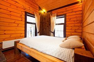 Кровать или кровати в номере База Отдыха в сосновом лесу Семиозерье