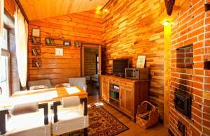 Гостиная зона в База Отдыха в сосновом лесу Семиозерье