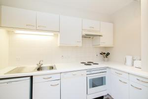 A kitchen or kitchenette at Primestay Baker Street Residences