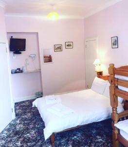 A bed or beds in a room at Fraser House B&B