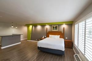 A bed or beds in a room at SeaScape Inn - A FairBridge Hotel