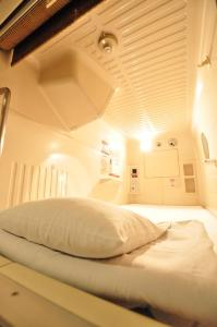 A bed or beds in a room at Capsule Hotel Asahi Plaza Shinsaibashi