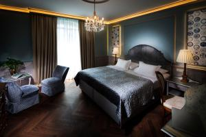 A bed or beds in a room at Hotel Bristol Salzburg
