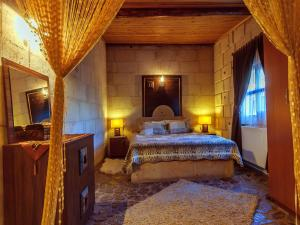 A bed or beds in a room at Adanos Konuk Evi