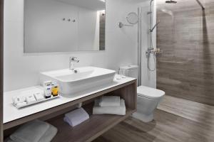 A bathroom at Elba Lanzarote Royal Village Resort