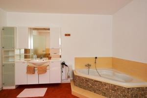 Ein Badezimmer in der Unterkunft Cafe Rosi Ferienwohnung