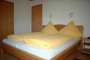 Ein Bett oder Betten in einem Zimmer der Unterkunft Ferienwohnung Waldwinkel
