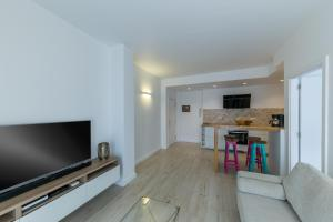 Una televisión o centro de entretenimiento en Deluxe Apartment Las Canteras with Wifi