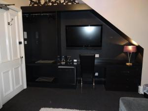 A television and/or entertainment center at Lochnagar Guest House