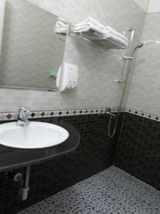 A bathroom at Thanh Phat Hotel