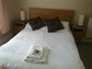 A bed or beds in a room at Kingsley Hotel