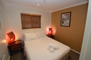 A bed or beds in a room at Mowamba D2