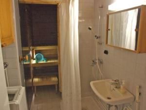 A bathroom at Holiday Home Revonaapa c18