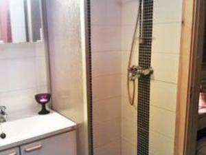A bathroom at Holiday Home Kelokaltiokylä 39 a