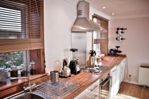 A kitchen or kitchenette at Newly Refurbished in Town Center