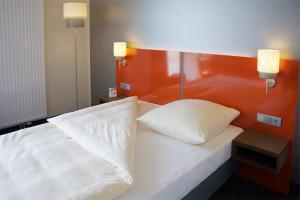Ein Bett oder Betten in einem Zimmer der Unterkunft iQ-Hotel Ulm