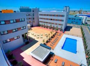 A view of the pool at Avant Torrejon or nearby