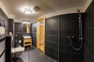 Ein Badezimmer in der Unterkunft Aparthotel Kovarna Residence