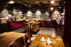 A restaurant or other place to eat at pentahotel Paris Charles de Gaulle