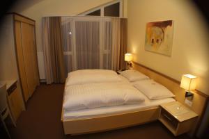 Ein Bett oder Betten in einem Zimmer der Unterkunft Hotel-Pension Sonneck