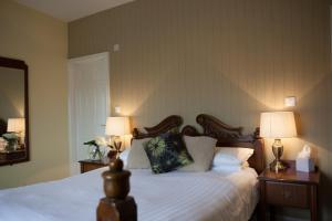 A bed or beds in a room at The Lamplighter Dining ~ Rooms