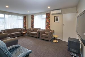 A seating area at Accommodation Fiordland Self Contained Cottages