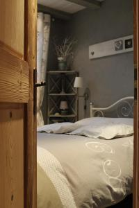 A bed or beds in a room at Chalet du Lac