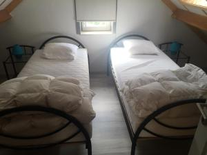 A bed or beds in a room at Vissershuisjes Wenduine