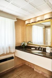 A bathroom at King's Port Inn