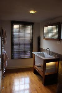 A bathroom at Darwin´s Kitchen