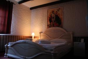 A bed or beds in a room at Tia Maria Panzió