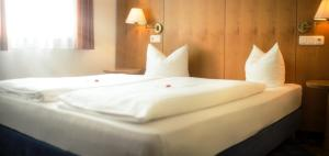 A bed or beds in a room at Hotel Servus Europa Suben