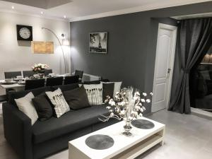 A seating area at Luxury 3 bedroom Apartment