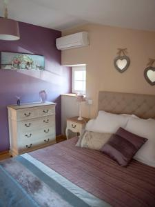 A bed or beds in a room at Le Petit Nid***