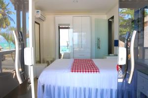 A bed or beds in a room at Maragogi Beach Flats