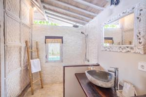 A bathroom at AVIA Villa Resort