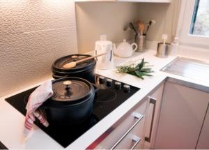 A kitchen or kitchenette at Comme une parenthèse au coeur des hortillonnages