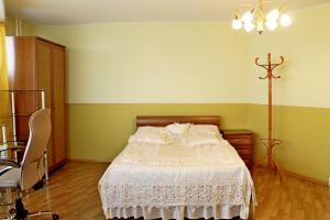 A bed or beds in a room at Уютный Тихвин апартаменты 8 микрорайон д 3A