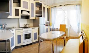 A kitchen or kitchenette at Уютный Тихвин апартаменты 8 микрорайон д 3A