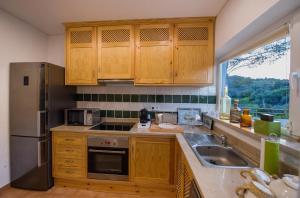 A kitchen or kitchenette at Arrábida Mountain House