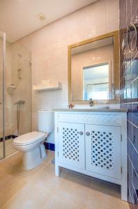 A bathroom at Arrábida Mountain House