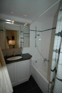 A bathroom at Studio in Het Zoute