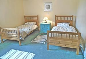 A bed or beds in a room at Spacious Swallow Cottage