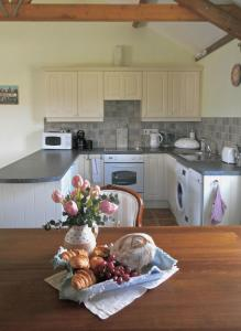 A kitchen or kitchenette at Spacious Swallow Cottage