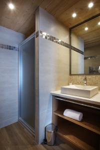 A bathroom at Chalet des Neiges -La Source des Arcs
