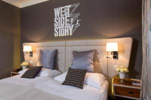 سرير أو أسرّة في غرفة في فندق شفايزرهوف لوتزيرن