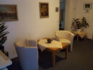 Ein Sitzbereich in der Unterkunft Hotel Restaurant Gunsetal