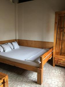 Giường trong phòng chung tại Buffalo Pub and Hostel